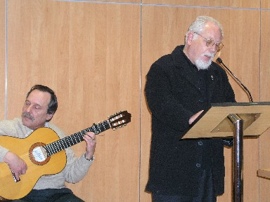 Pepe Sabin acompañando al poeta trianero Santiago Martín durante un recital en el Centro Cívico Tejar del Mellizo.