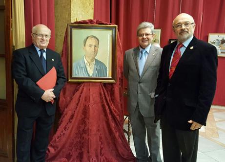 La directiva de Itimad quiso posar junto al autorretrato de Rafael, antes de marchar.