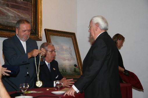 Gasán recibiendo la Medalla al Mérito Solidario  instituida por el Ateneo Popular y Solidario de Sevilla.  Impone el Sr. Rodríguez Galindo, Presidente del Patronato de los Reales Alcázares