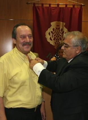 Imposición de la insignia con el emblema de Itimad a José Sabín por parte de José Magdaleno Báez, Vocal de Expresión Plástica.